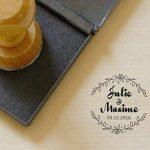 Atelier Mumu Tampon mariage personnalisé, style champêtre, diamètre 3 cm, motif couronne de fleurs, fabrication sur mesure en France de la marque Atelier Mumu image 3 produit
